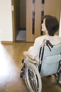 車椅子にのる女性の写真素材 [FYI01398034]