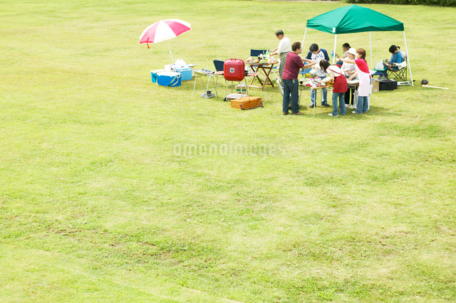 公園でバーベキューする日本人家族の写真素材 [FYI01398252]