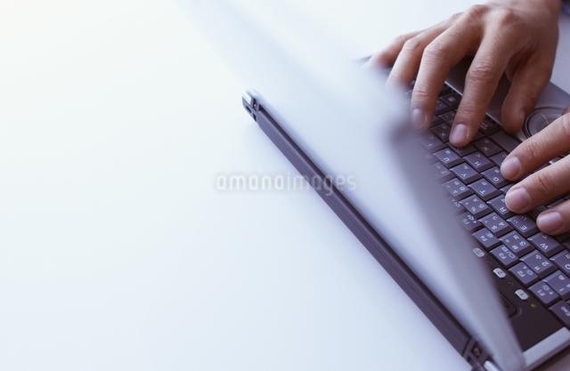 ノートパソコンと手の写真素材 [FYI01398319]