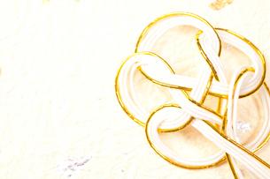金箔の入った和紙と亀の水引の写真素材 [FYI01398414]