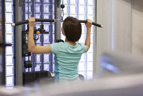 ジムでトレーニングする女性の写真素材 [FYI01398820]