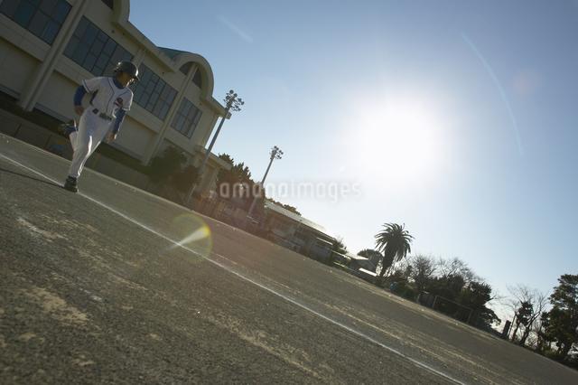 グラウンドを走る少年の写真素材 [FYI01399023]