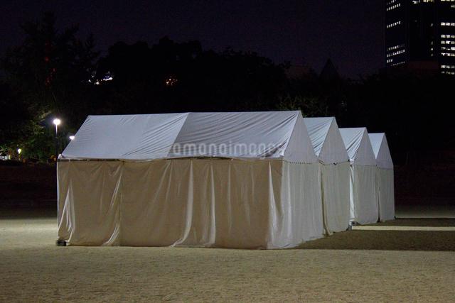夜の公園に張られた白いテントの写真素材 [FYI01399046]