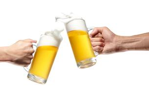 ジョッキに入ったビールで乾杯する手の写真素材 [FYI01399081]