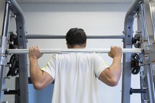 ジムでトレーニングする男性の写真素材 [FYI01399124]