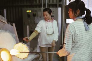 ガラス工房の女性の写真素材 [FYI01399128]