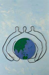 ワイヤーで作った地球を持つ人の写真素材 [FYI01399351]