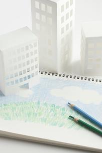 ペーパークラフトの家とイラストの芝生の写真素材 [FYI01399353]