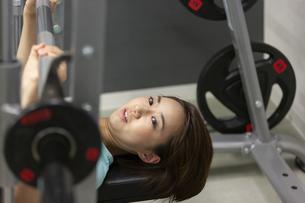 ジムでトレーニングする女性の写真素材 [FYI01399383]