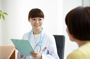 診察をしている女医と患者の写真素材 [FYI01399424]