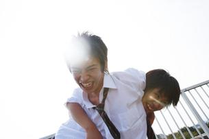 ふざけて遊ぶ男子高校生の写真素材 [FYI01399613]