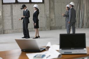 VRをするビジネスマンとタブレットPCを持つビジネスウーマン の写真素材 [FYI01399663]