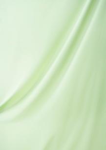 緑のシルクの布のドレープの背景素材の写真素材 [FYI01399689]