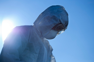 防護服をきて作業する人の写真素材 [FYI01399766]