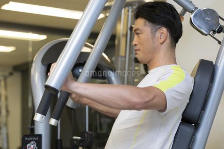 ジムでトレーニングする男性の写真素材 [FYI01399824]