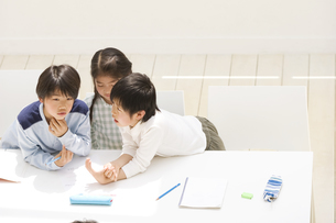 ディスカッションする子供たちの写真素材 [FYI01399899]