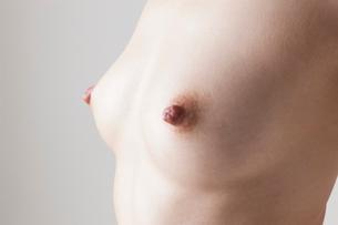 若い女性の乳房の写真素材 [FYI01400560]