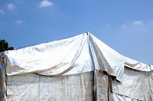 銀色のテントの写真素材 [FYI01400598]