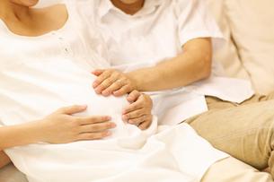 妊婦のお腹をさわる夫婦の写真素材 [FYI01400632]