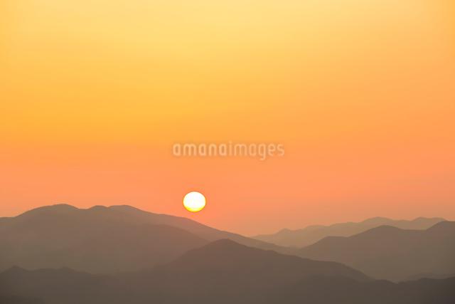 玉置神社から見た山々の夕景の写真素材 [FYI01400861]