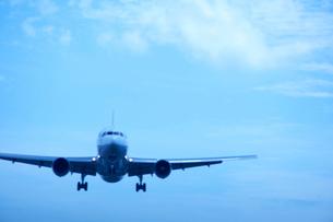青空と雲と飛行機の写真素材 [FYI01400900]