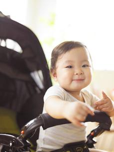 ベビーカーの赤ちゃんの写真素材 [FYI01400993]
