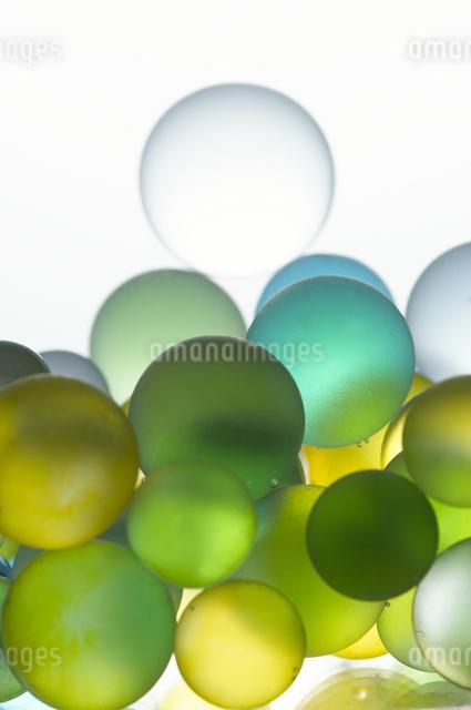 水中のビー玉の写真素材 [FYI01401131]