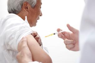 注射を打たれる女性と医者の写真素材 [FYI01401354]