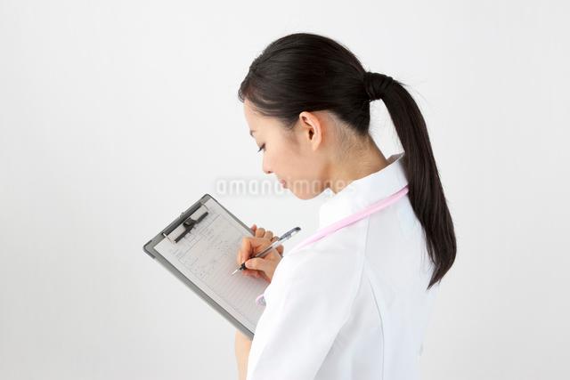 診療録に書き込む看護師の写真素材 [FYI01401483]