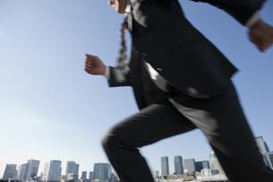 ビジネススーツを着て駆け出す男性の写真素材 [FYI01401756]