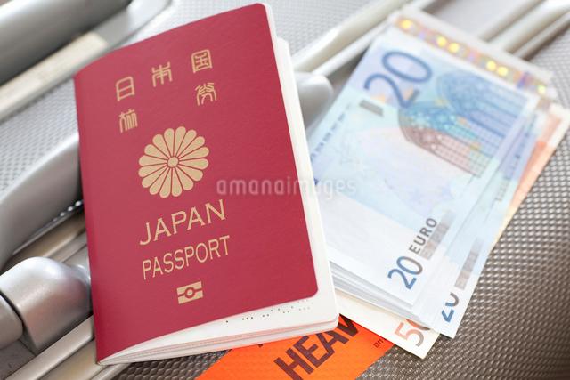 パスポートとトランクとユーロ紙幣の写真素材 [FYI01402067]