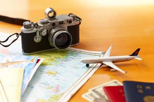 世界地図とカメラと飛行機とパスポートとお金の写真素材 [FYI01402315]