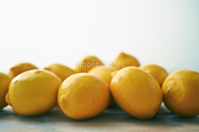 テーブルの上のレモンの写真素材 [FYI01402317]