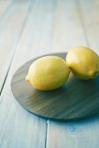 テーブルの上のレモンの写真素材 [FYI01402324]