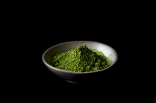 器に入った抹茶の粉の写真素材 [FYI01402512]