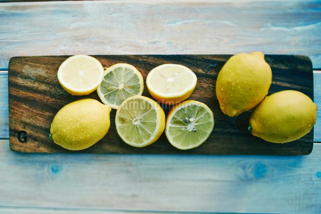 テーブルの上のカットされたレモンの写真素材 [FYI01402565]