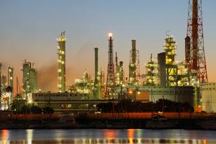 石油コンビナートと夜景の写真素材 [FYI01402669]