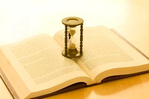 本と砂時計の写真素材 [FYI01402679]