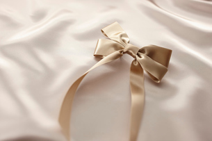 シックなゴールドのリボンとプレゼントイメージの写真素材 [FYI01402748]