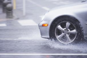ゲリラ豪雨と道路の写真素材 [FYI01402925]