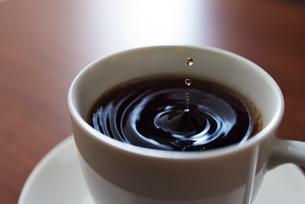 1滴のコーヒーのドリップの写真素材 [FYI01402944]