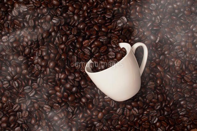 コーヒー豆とコーヒーカップの写真素材 [FYI01403000]
