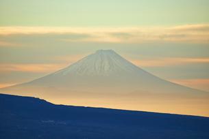 真冬の朝焼けの富士山の写真素材 [FYI01403083]
