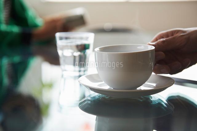 ラウンジでテーブルの上のコーヒーを飲むの写真素材 [FYI01403087]