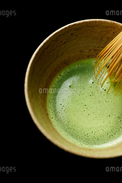器に入った抹茶と茶筅の写真素材 [FYI01403135]