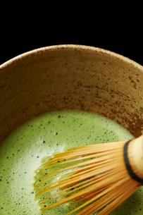 器に入った抹茶と茶筅の写真素材 [FYI01403136]