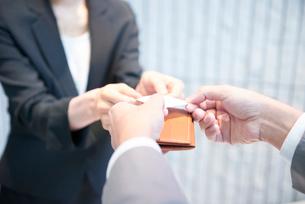 名刺を交換するビジネスマンの写真素材 [FYI01403145]