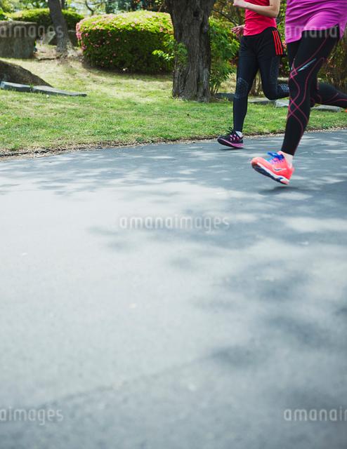 ランニングする女性の足の写真素材 [FYI01403178]