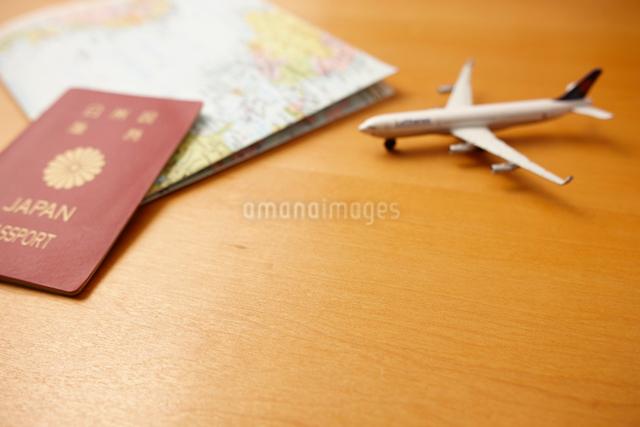 世界地図と飛行機とパスポートの写真素材 [FYI01403202]