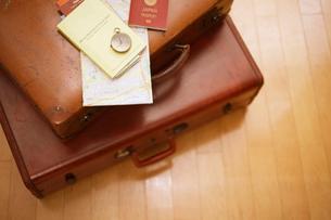 旅行鞄と懐中時計とガイドブックとパスポートの準備の写真素材 [FYI01403288]